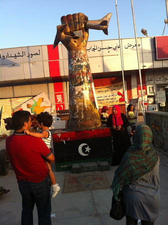 Statue Qaddafi built to mock US bombing in 1986 now in Misrata